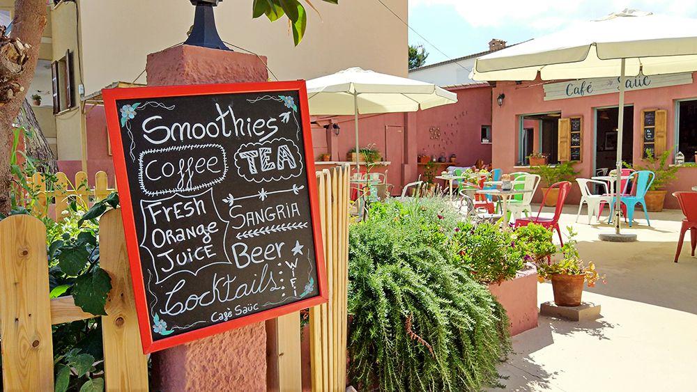 Mallorca-Canyamel-Cafe-Sauc-Tafel-Angebot-Eingang