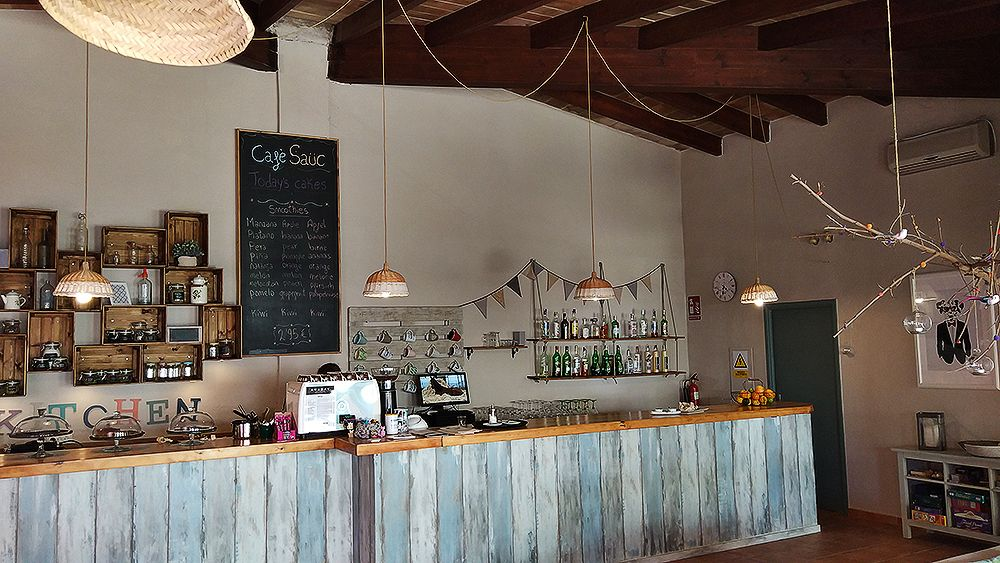 Mallorca-Canyamel-Cafe-Sauc-Tafel-Angebot-Smoothies-Tresen-3
