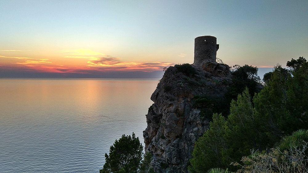 Mallorca-Torre-del-Verger-Aussichtspunkt-Sonnenuntergang-Meer-Turm