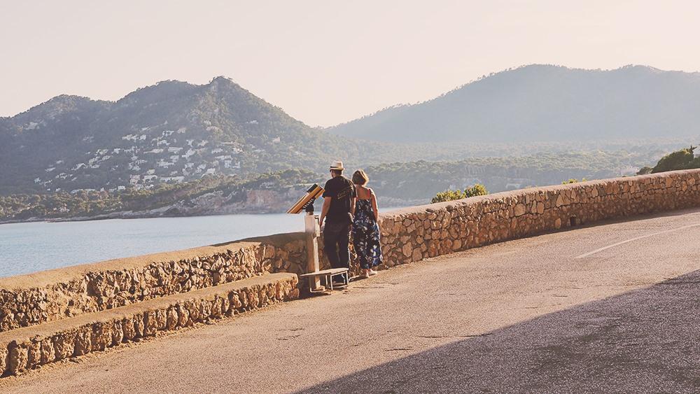 Mallorca-Arta-Drachenhoehlen-Meer-Ausblick-Paar