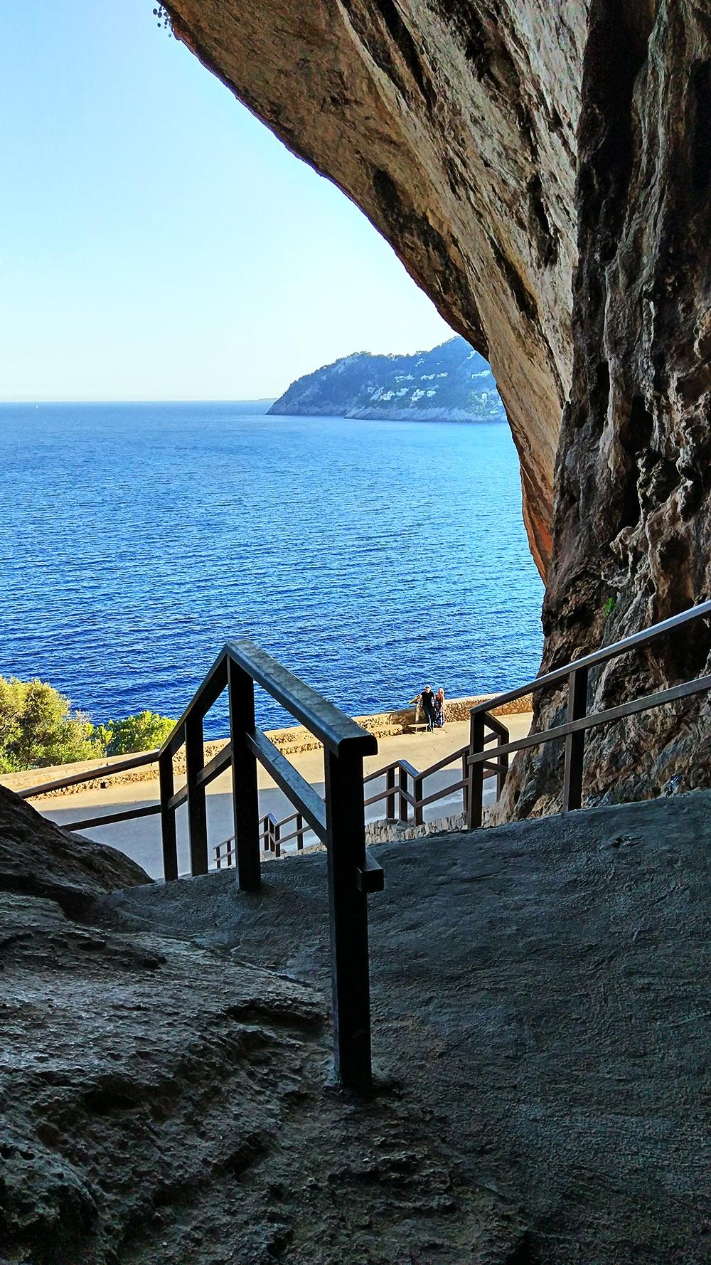 Mallorca-Arta-Drachenhoehlen-Meer-Ausblick-Treppe