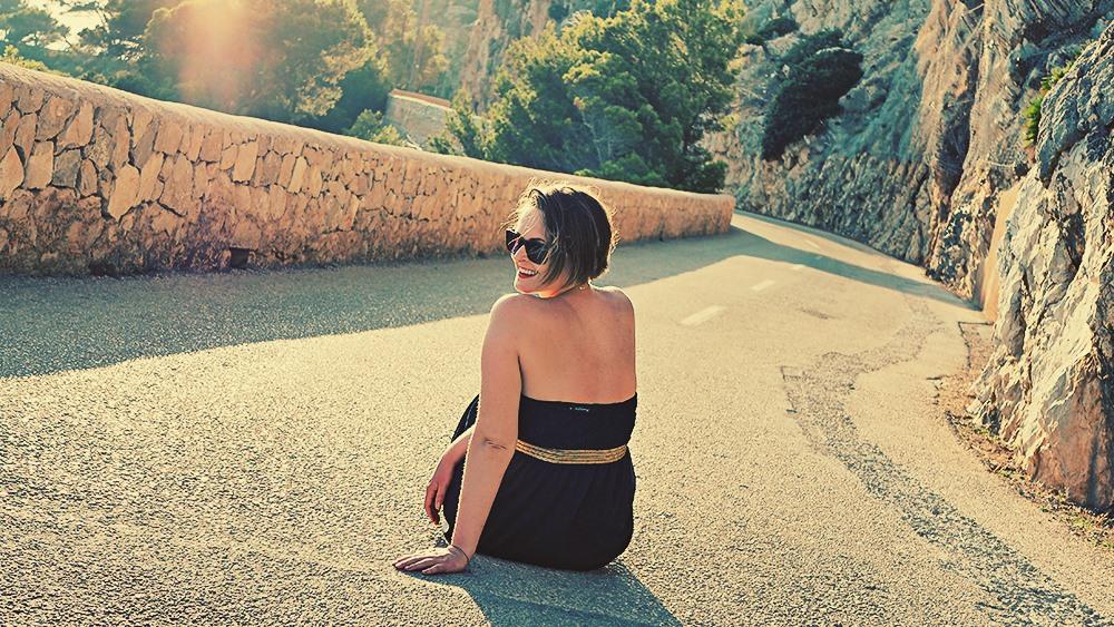 Mallorca-Arta-Drachenhoehlen-Meer-Strasse-Fotoshooting-Lachen-Caroline