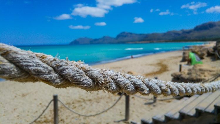 Mallorca-Strand-Son-Serra-de-Marina-Meer-Absperrung-Steg-750x422