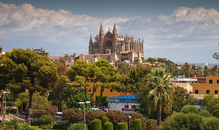 Die Kathedrale von Palma wird traditionell in die Feierlichkeiten zum Tag der Balearen mit einbezogen   Derks24/pixabay