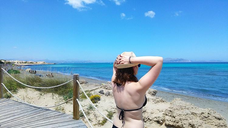 Strandtag-Mallorca-Bikini-Sonnenhut