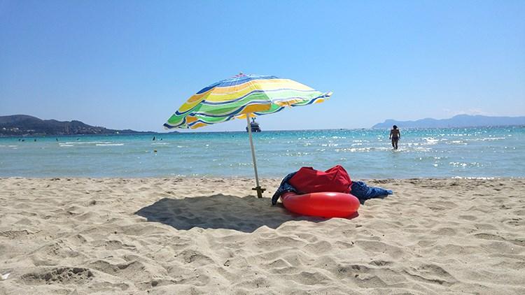 Strandtag-Mallorca-Sonnenschirm