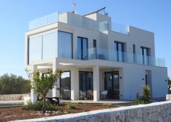Damit Ferienhäuser wie diese auf Mallorca oder an anderen Orten nicht von kriminellen Banden besetzt werden, sollten umfangreiche Sicherheitsmaßnahmen ergriffen werden, wie etwa der Einbau einer Alarmanlage | Foto: PhotoAlbert/Pixabay