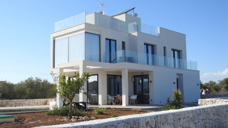 Damit Ferienhäuser wie diese auf Mallorca oder an anderen Orten nicht von kriminellen Banden besetzt werden, sollten umfangreiche Sicherheitsmaßnahmen ergriffen werden, wie etwa der Einbau einer Alarmanlage   Foto: PhotoAlbert/Pixabay