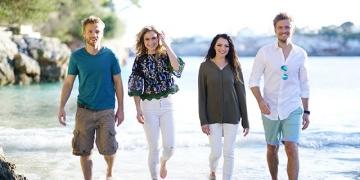 """Niklas Osterloh, Lea Marlen Woitack, Anne Menden und Jörn Schlönvoigt bei den Dreharbeiten zu """"GZSZ"""" auf Mallorca   MG RTL D / Sebastian Geyer"""