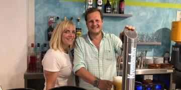 """Jens Büchner und seine Frau Daniela am Zapfhahn ihrer """"Faneteria"""" in Cala Millor   MG RTL D / 99pro media"""
