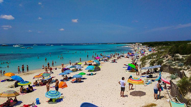 Mallorca-Es-Trenc-Strand-Karibik-Meer-Sand-Touristen-voll-2