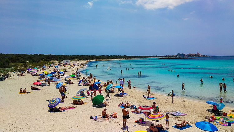 Mallorca-Es-Trenc-Strand-Karibik-Meer-Sand-Touristen-voll
