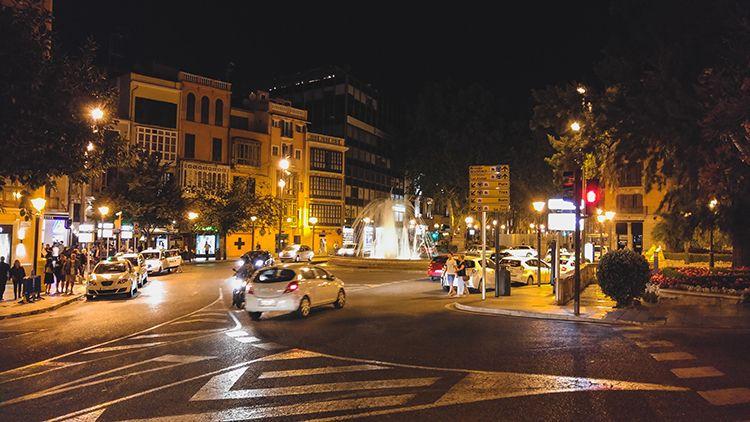 Palma-de-Mallorca-Nacht-Spiegelung-Brunnen
