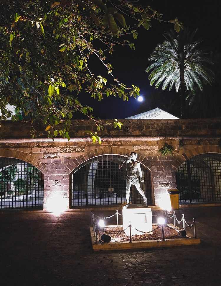 Palma-de-Mallorca-Nacht-Statue