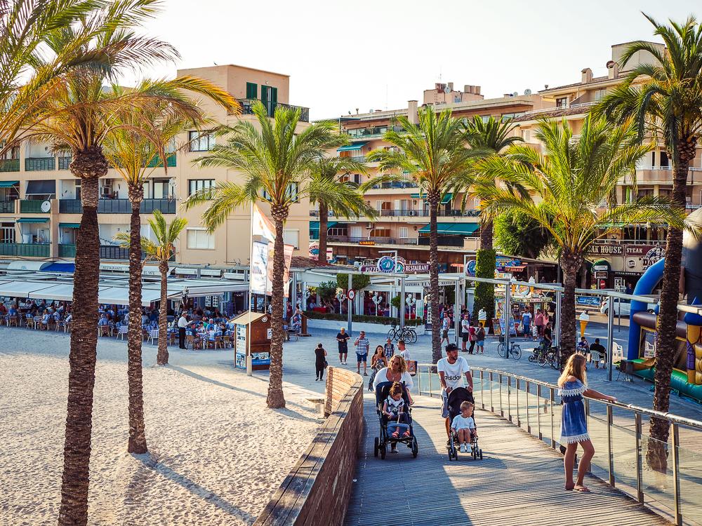 Mallorca-Port-de-Alcudia-Promenade-Urlauber