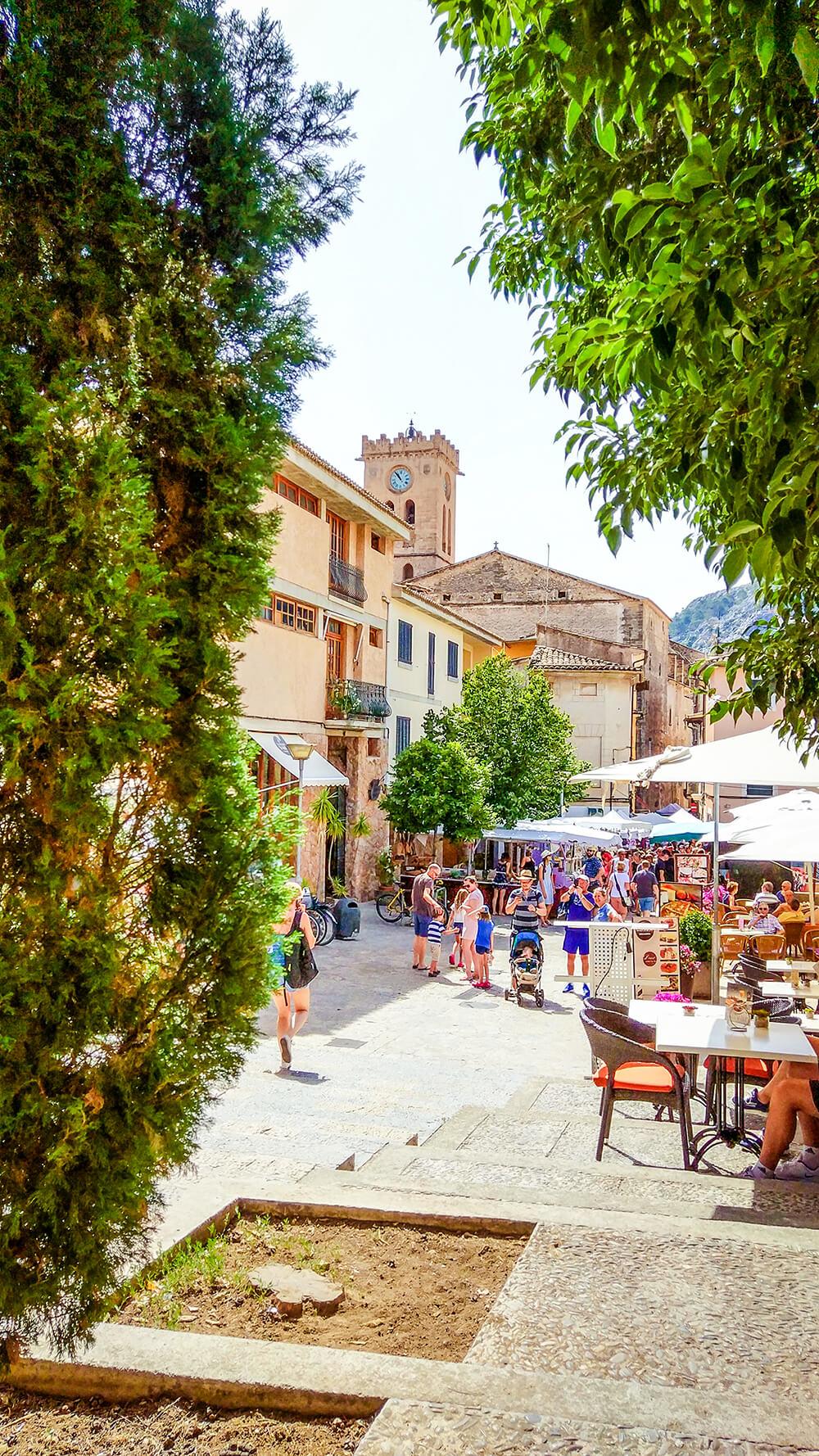 Mallorca-Pollenca-Treppe-Restaurant-Platz-Turm