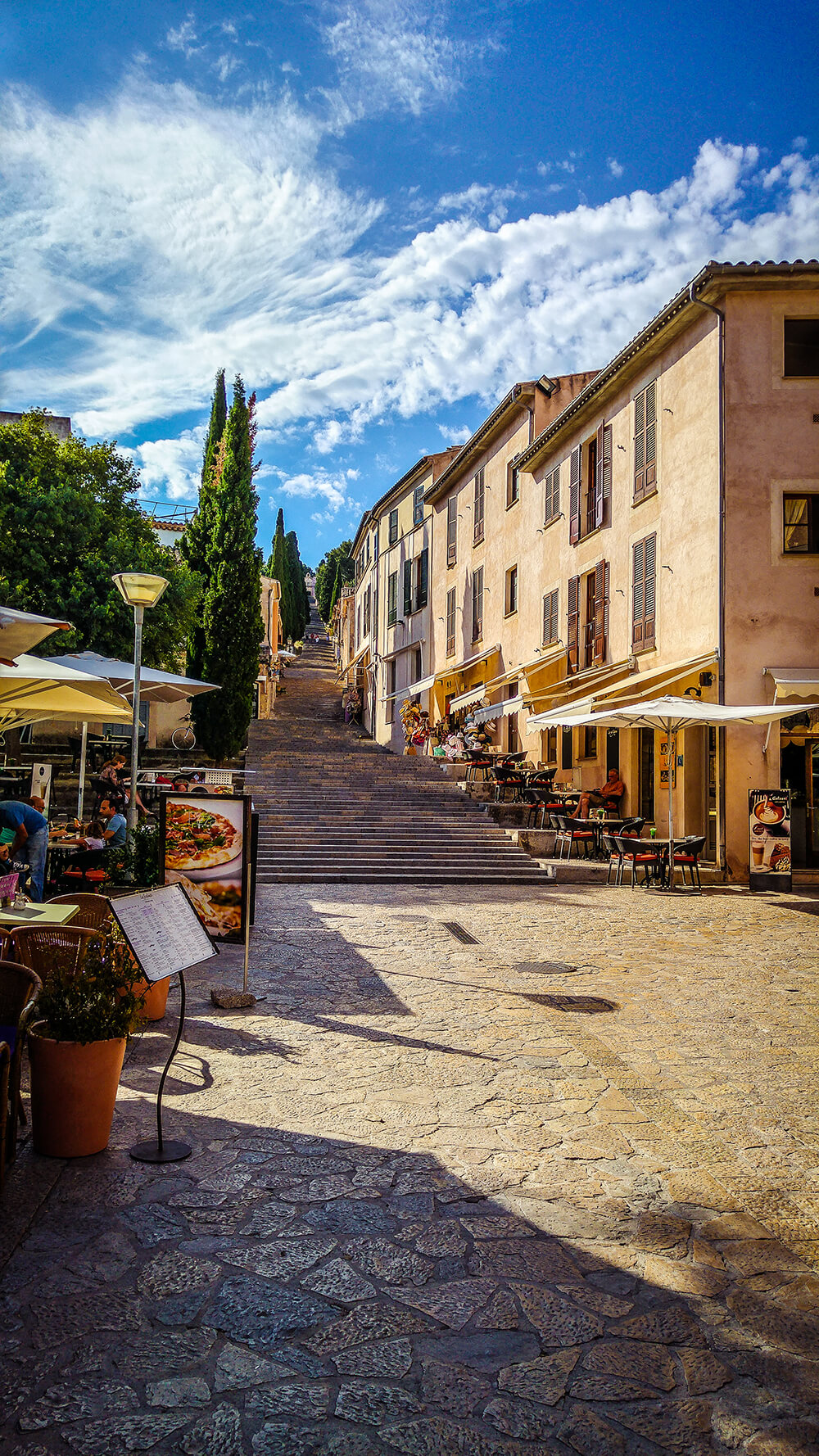 Mallorca-Pollenca-Treppe-Restaurant-Platz