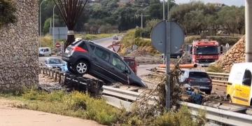 Durch das Unwetter und die Sturzfluten wurden ganze Autos zu Spielbällen des Wassers   Bild: Aresou Leisdorff/Facebook