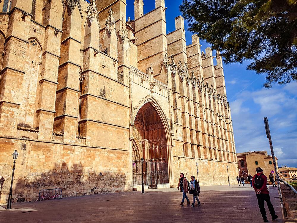 Mallorca-Winter-Palma-Kathedrale-Touristen