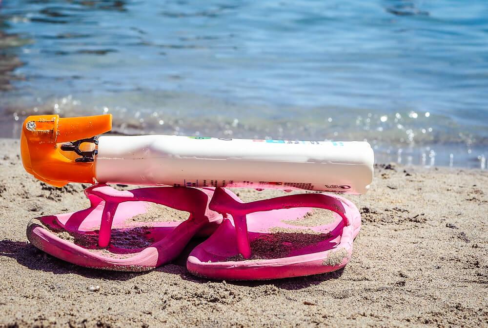 Mallorca-Strand-Meer-Sonnencreme-Flip-Flops