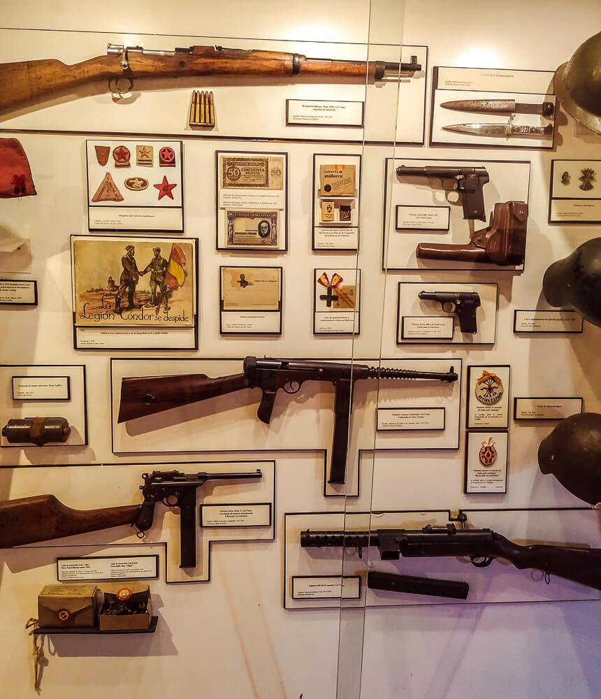 Palma-de-Mallorca-Militaermuseum-Gewaehre-Pistolen