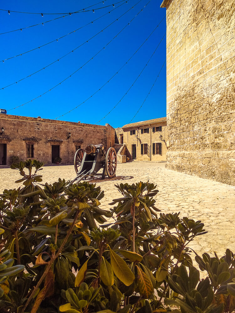 Palma-de-Mallorca-Militaermuseum-Innenhof-Kanone